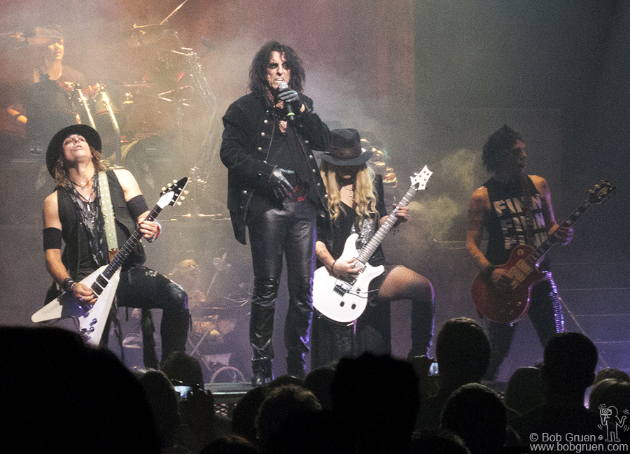 July 18 - NYC - Back home in New York Alice Cooper was as good as ever at the Beacon Theatre, acting out all his best hit songs.