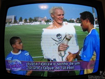 Supla does a couple of segments on the Viva a Noite show, this one with a soccer superstar and a kid from the same poor background as the superstar who hopes to someday be like him.