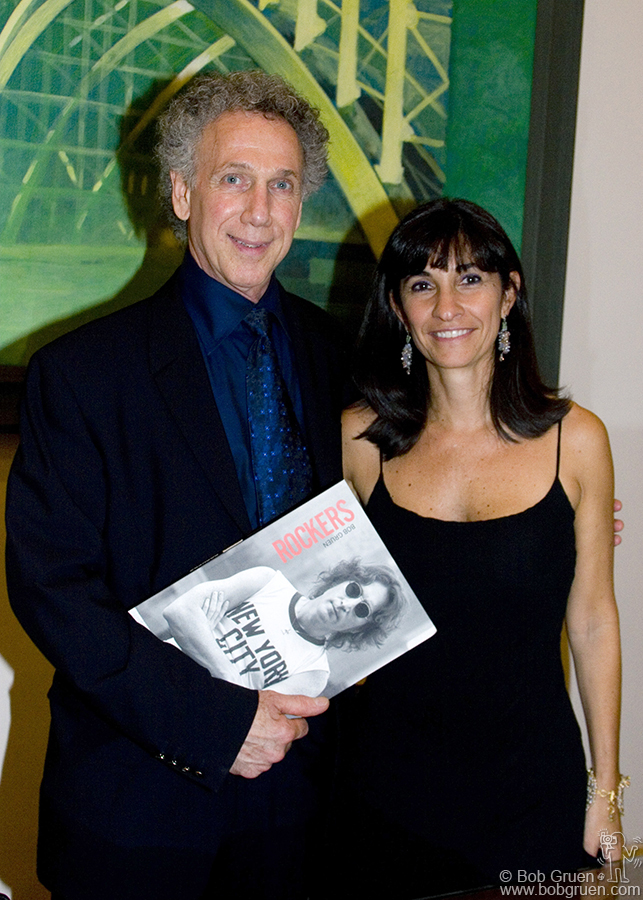 Bob gives a book and a big 'Thank you!' to Fernanda Celidonio coordinator of all the FAAP museum's exhibitions.
