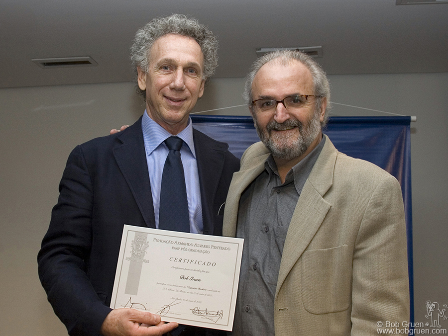 Prof. Rubens then presented Bob with a Certificate from FAAP University.