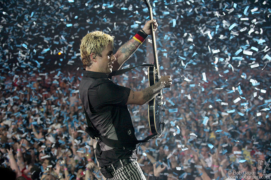 Billie Joe finishes the show in a blizzard of confetti.