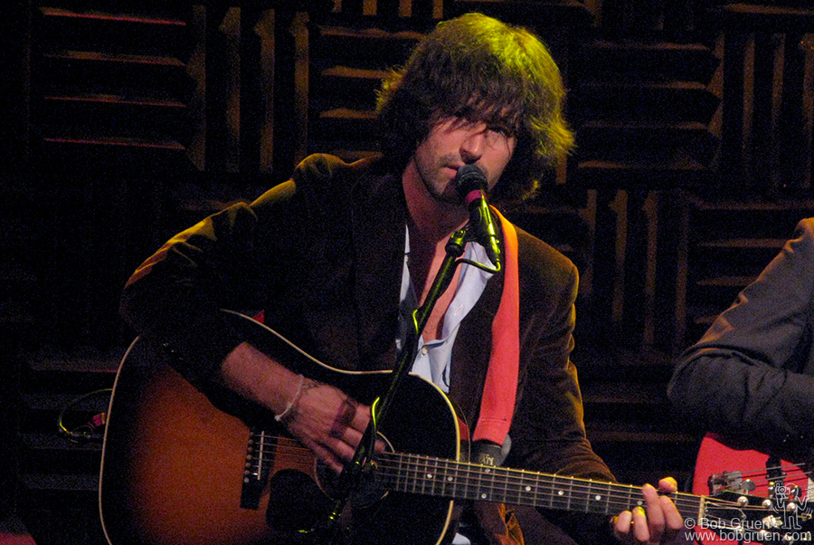 June 18 - NYC - Pete Yorn showed a tender quiet side at his sold out show at Joe's Pub.