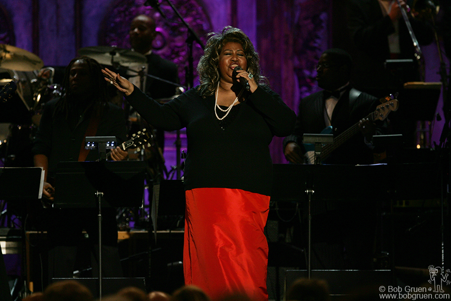 Aretha Franklin sings a tribute to Ahmet Ertegun