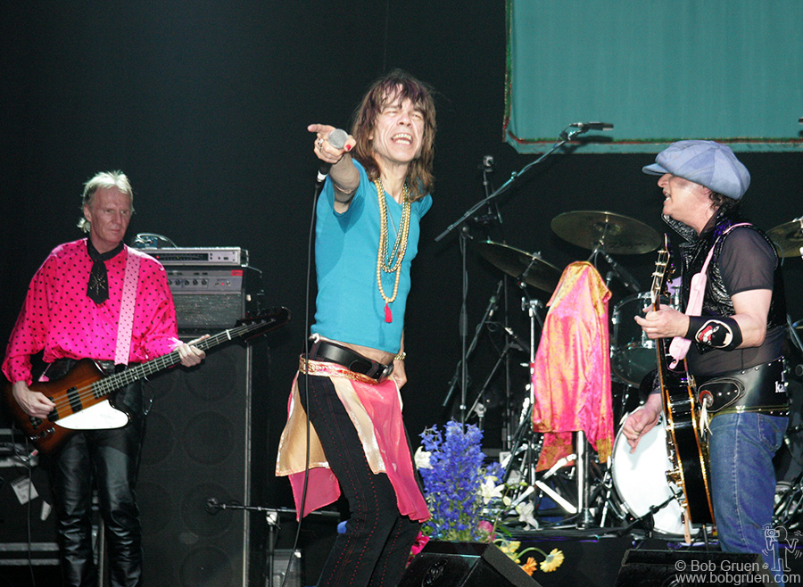 June 18 - London - Arthur and Syl get in sync as David calls on the audience to sing along.