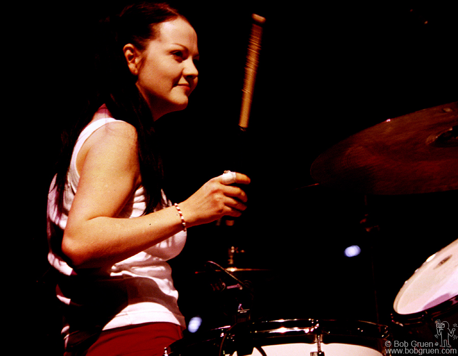 Meg White playes her minimal beats.