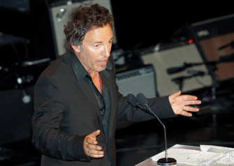 Bruce Springsteen inducted Jackson Browne, mentioning all the very pretty girls Jackson had in his audience.