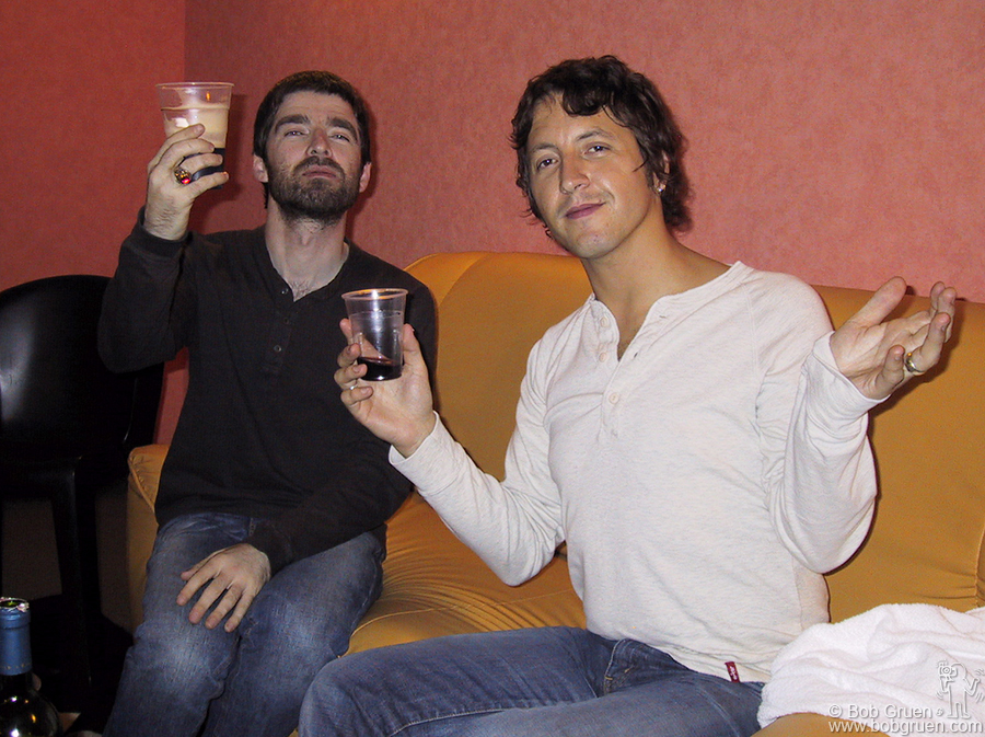 "After the Oasis show in Paris, Noel Gallagher and Gem Archer share a drink and wish all their fans ""Cheers and bon soir!"""