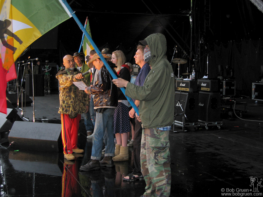 The Festival opened with a dedication to Joe Strummer. I said a few words and Masa read a letter from Joe's wife Lucinda, while Lola and Jazz looked on. Jason and Gordon held Strummerville flags.