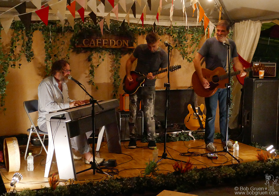 July 29 – Naeba, Japan – Hothouse Flowers played a secret acoustic show at Cafe Don during the Fuji Rock Festival.