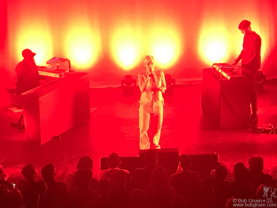 April 23 – Brooklyn – Lily Allen was amazing again on stage at the Music Hall of Williamsburg in Brooklyn.