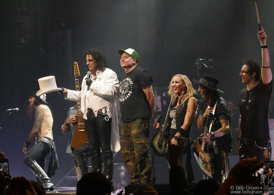 Sept 6 – NYC – Mike Myers surprised Alice Cooper on stage at Beacon Theatre during the encore by doing his 'We're not worthy' bow to Alice.